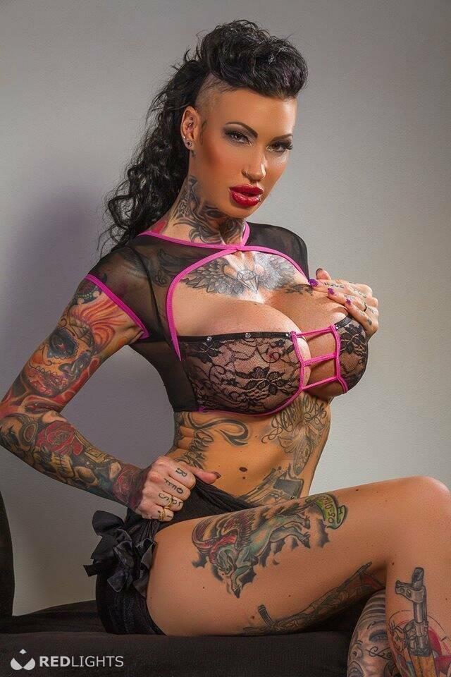 tattoos vrouw zoenen in Batenburg